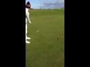 Гольфист невероятно закатил мяч в лунку