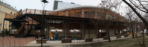 Усачевский рынок, один из старейших в Москве. Открылся в XIX веке купцами Усачевыми. Первые торговые ряды на этом месте появились в 1930, а само здание построено в 1976 году. В 2017 году рынок переоткрыли, после шестилетней реставрации, добавив веранду, заменив инженерные сети, системы кондиционирования и пожаротушения.   26 ноября 2017