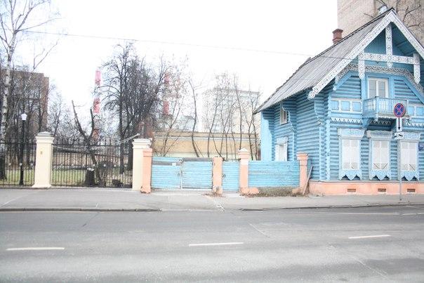 Изба построена в 1856 году по проекту Н. В. Никитина. То есть ей более 150 лет — это одно из старейших деревянных зданий Москвы.  26 ноября 2017