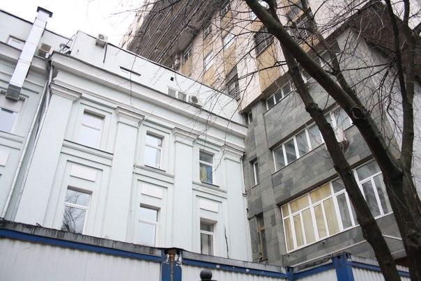 Строительный шов выглядит так, словно одно здание застряло в текстурках другого.  26 ноября 2017