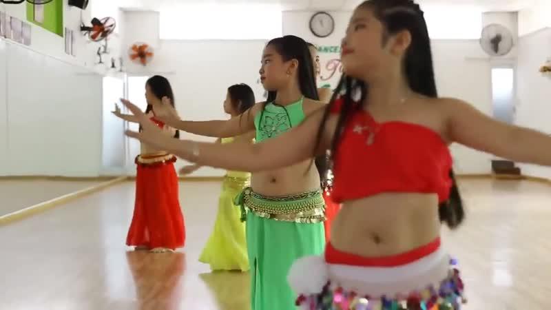Маленькие девочки классно танцуют танец живота