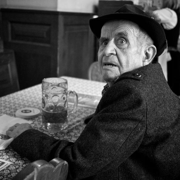 Швейцарец Томас Лойтхард, также известный как 85 мм  один из самых популярных уличных фотографов современности.