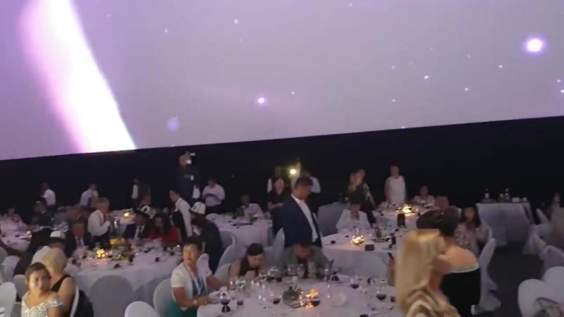 Мадрид! Поздравление Анна Черна сапфировый исполнительный директор! И команда на сцене