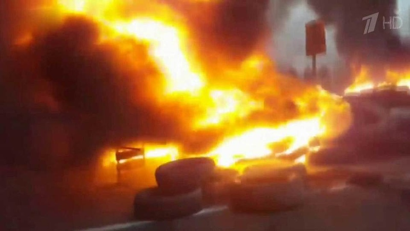 НаУкраине вспыхнули беспорядки из за нового закона который бьет повладельцам автомобилей севропейскими номерами Новости Первый кана