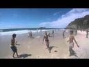 Cachorro joga bola na praia