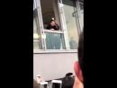 23 апреля: Селена приветствует фанатов из окна Puma Vision HQ в Германии