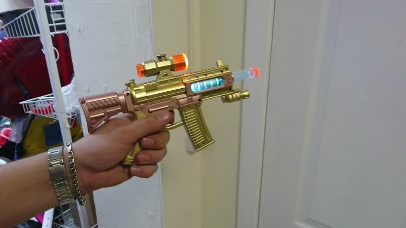 Автомат с лазерным прицелом.