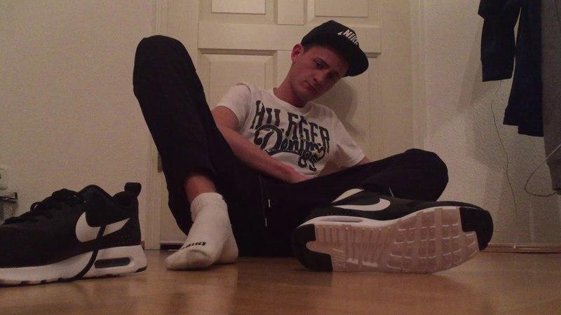 Nike Air Max Tavas, weiße Puma Ankle Socks Boyfeet