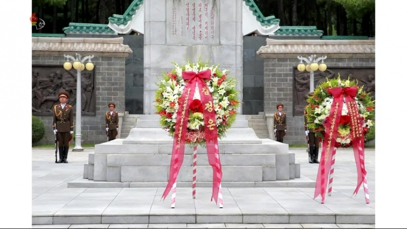 경애하는 최고령도자 김정은동지께서 전승 65돐에 즈음하여 중국인민지원군렬사릉원에 화환을 진정하시였다
