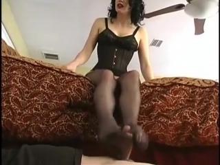 Госпожа ногами дрочит член раба и заставляет слизать всю сперму со своих ног