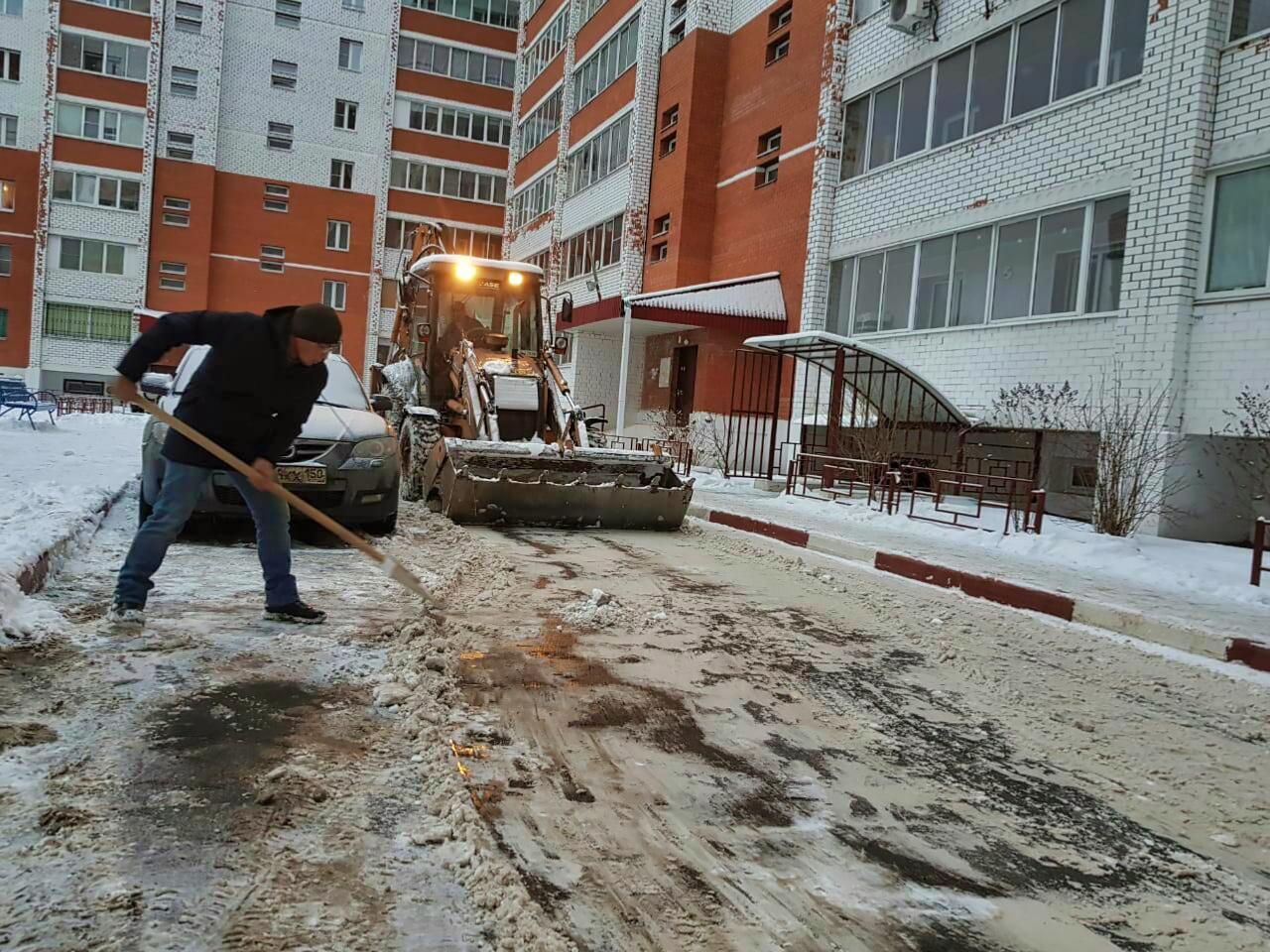 Очистили двор на Чкалова, 5 от снега