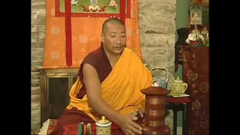 Тибетский священник поёт мантру « Ом Мани Падме Хум »