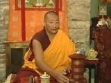 Тибетский священник поёт мантру Ом Мани Падме Хум