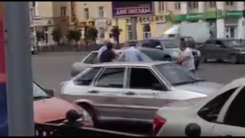 Российские гаишники подрались с водителями из-за большого колеса
