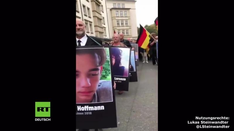 Chemnitz: Demonstranten marschieren mit Porträts von angeblichen Opfern von Migranten - RT Deutsch