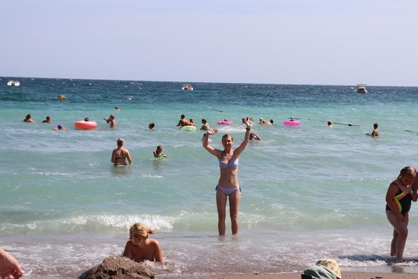 Купаемся по очереди. Какой приятный пляж, очень советую.