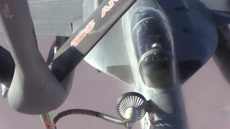 KC-135为F-18提供空中加油