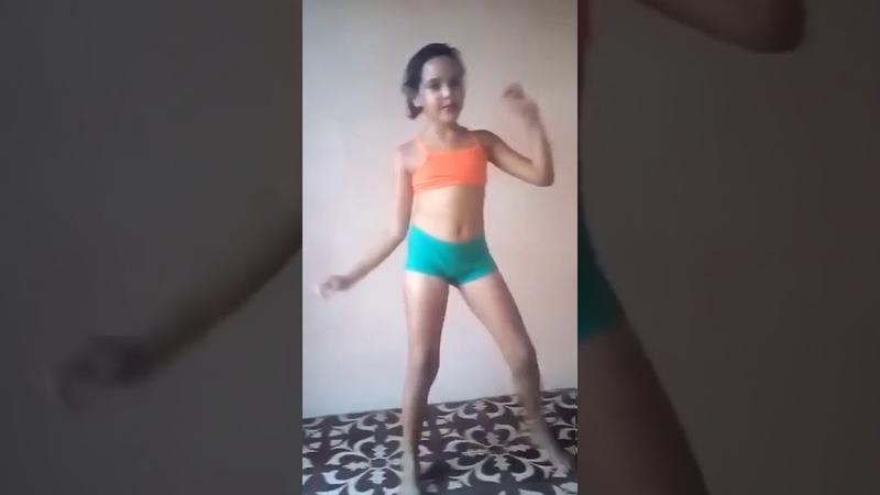 Menina dançando vingadora
