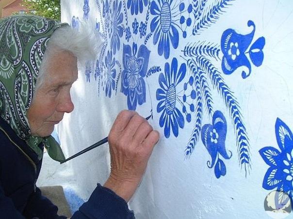 если вы уверены, что один человек не может изменить мир вокруг себя, то посмотрите на пример агнешки кашпарковой из чешской деревни лука. этой мастерице уже 90 лет, но она не собирается отдыхать на пенсии. самостоятельно она раскрасила свой дом и