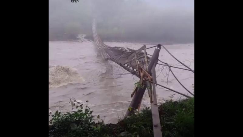 В Сочи бурлящей рекой смыло подвесной мост
