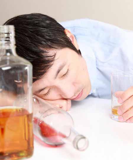 Консультант по наркомании может помочь тем, кто борется с алкоголизмом.