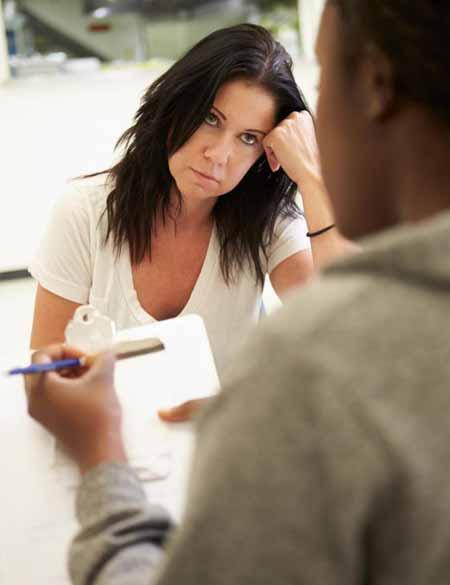Консультант по наркотикам может помочь пациентам преодолеть психологическую тягу к наркотикам.