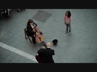Девочка кидает монетку уличному музыканту. После этого происходит ТАКОЕ, что вряд ли можно забыть.