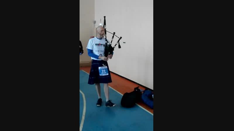 Шотландец играет на волынке на рождественскомполумарафоне