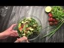 Салат из листьев Романо с фасолью помидорами авокадо и зеленым луком