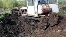 Тракторы ДТ-75 работают в грязи! Иногда помогают они а иногда вытягивают их! Подборка