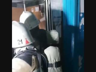 Пожарные тушат лифт на 8-й Воздушной Армии