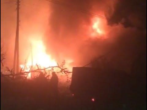 Пожар начался с сарая а потом охватил гараж и дом