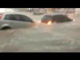 Сильный дождь превратил улицы бразильского города Белу-Оризонти в бурлящие реки,