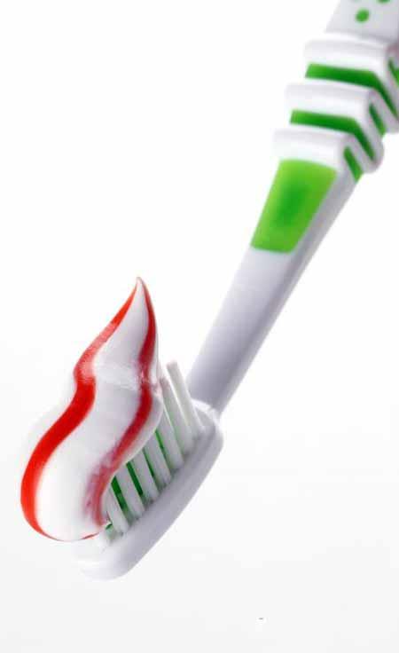 Некоторые марки зубной пасты помогают отбеливать зубы.