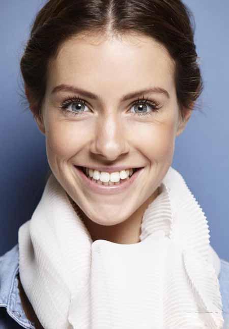Люди используют различные продукты для отбеливания зубов.