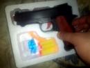 Я показываю мой игрушечный пистолет для игры страикбула