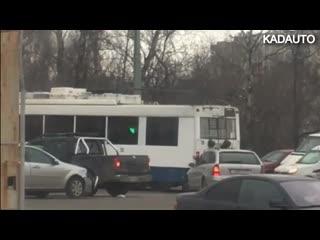 Не получилось сдвинуть поломавшийся троллейбус. Московский пр-т в Калининграде. 01.03.19