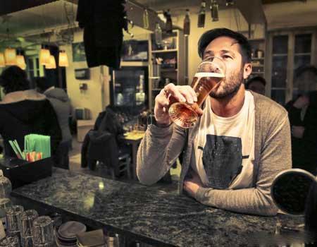 Употребление большого количества алкоголя может со временем привести к заболеванию печени.