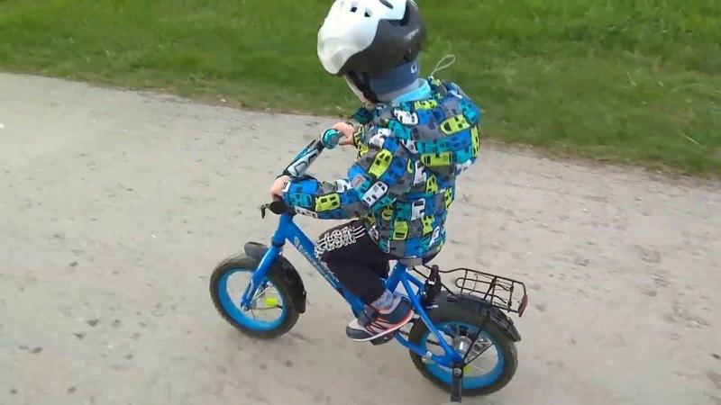 Айвар на велосипеде по городу. Добрая собака 🐕