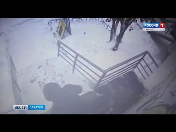 Ледяная глыба, упавшая с крыши, травмировала женщину