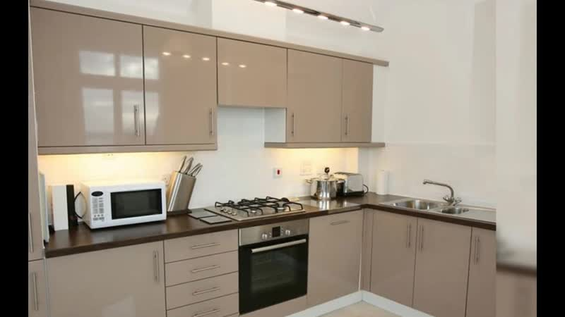 Современный интерьер кухни цвета кофе с молоком с глянцевыми фасадами.