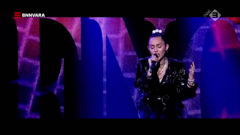 Mark Ronson feat. Miley Cyrus - Nothing Breaks Like a Heart (The Graham Norton Show 24-10 - 2018-12-07)