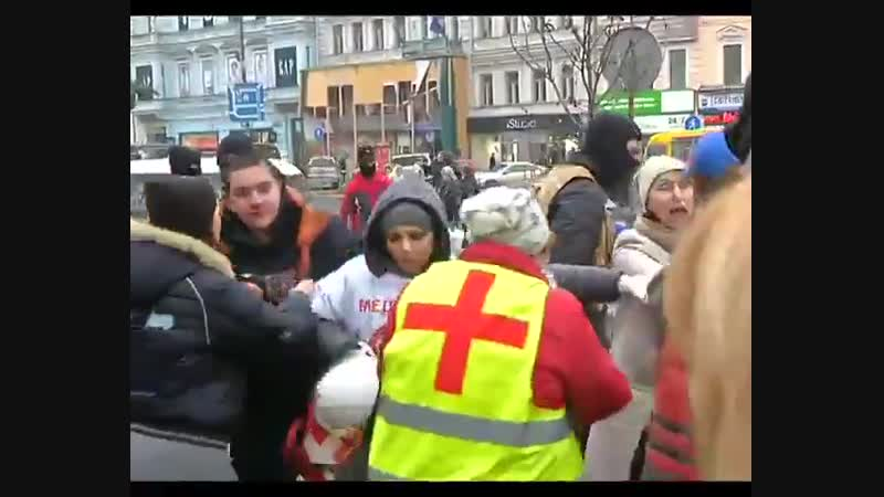 Майдановцы избивают участников акции Ивана Проценко За чистый Киев 15 февраля 2014 года