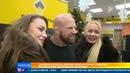 Знаменитый боец Джеф Монсон вручил подарки посетителям московской заправки