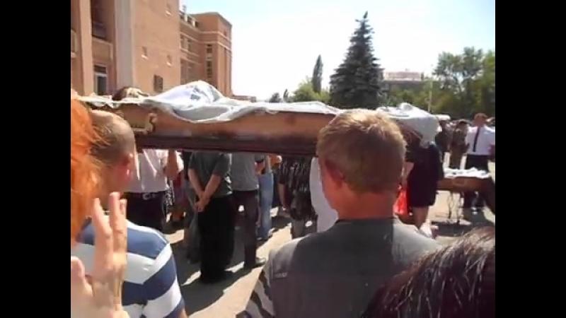 Стаханов.Похороны убитых в Лисичанске, снайперами в висок