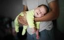 Так можно носить малыша, чтобы помочь ему во время колик, во время вздутия живота.