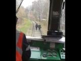 Девушки идут по железной дороге