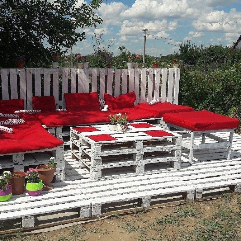 Красное и белое на дачном дворе