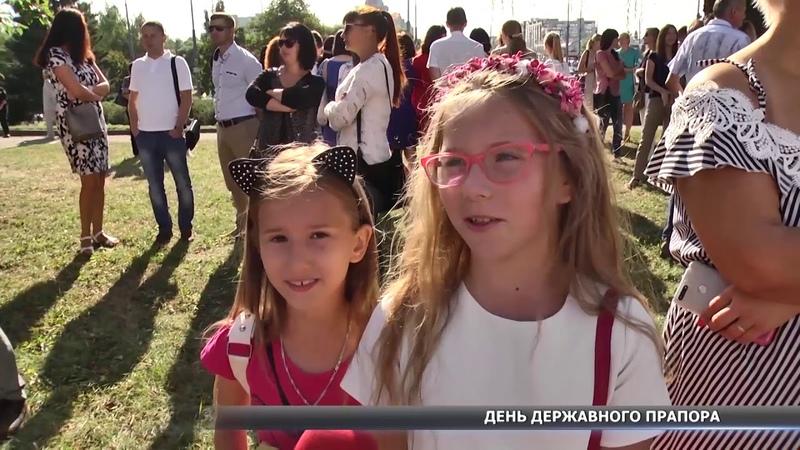 У центрі міста сумчани урочисто підняли державний прапор України