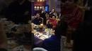 Цыгани дружно поют за столом